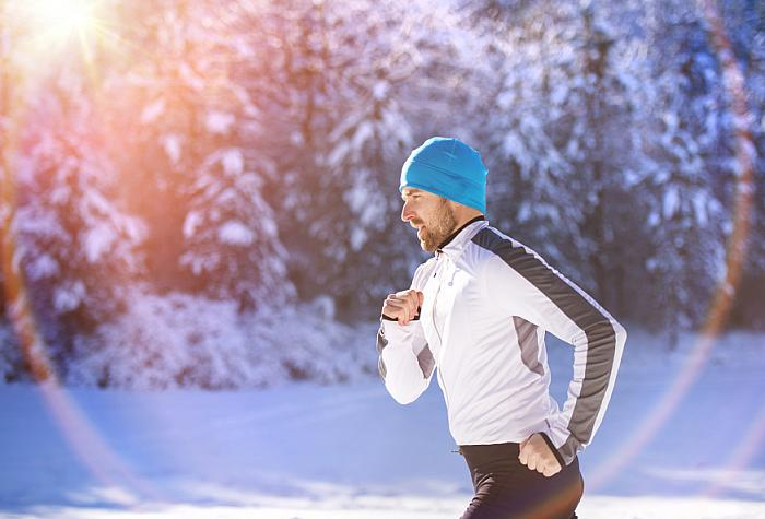kozzi-Man jogging in winter nature-875x593